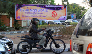 spanduk tolak miss world