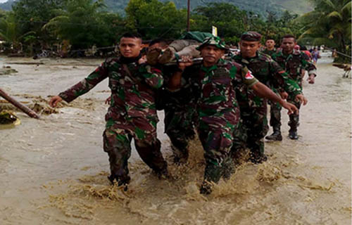 Prajurit TNI Mengevakuasi Korban Banjir di Papua/ Photo by Handout/Indonesian Military/AFP/MI