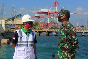 General Manager PT Pelindo III Tenau Kupang, Erry Ardianto (kiri) bersama Dandim Kupang Kolonel Arh I Made Kusuma Dhyana Graha, SIP (kanan). Foto: lintasntt.com